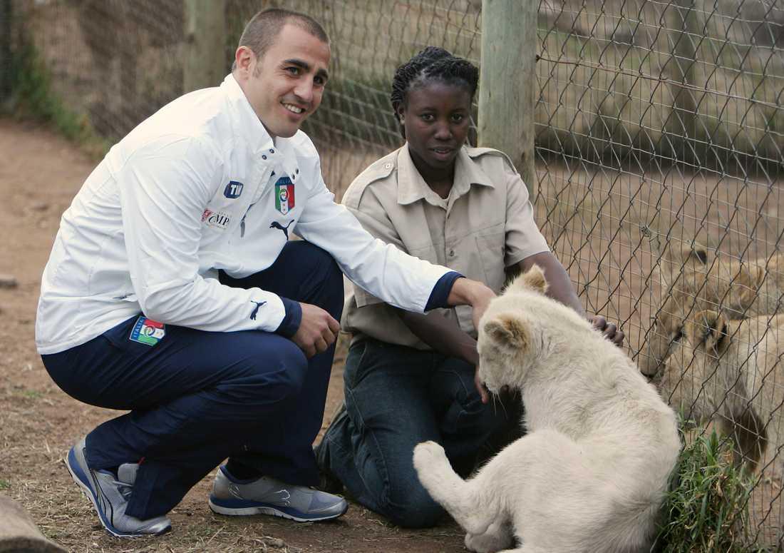 """Under VM i Sydafrika 2010 besökte flera landslag """"Lion Park"""". här ser du italienska spelaren Fabio Cannavaro i parken."""
