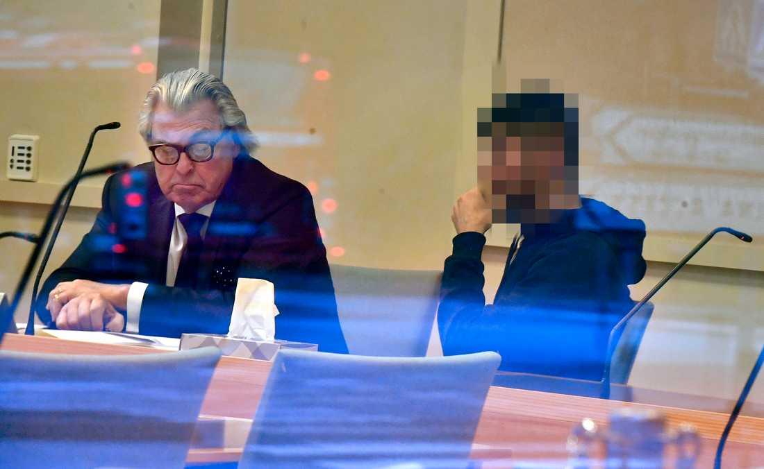 En av männen häktas i Solna Tingsrätt på torsdagen. Här tillsammans med sin advokat Thomas Martinsson.