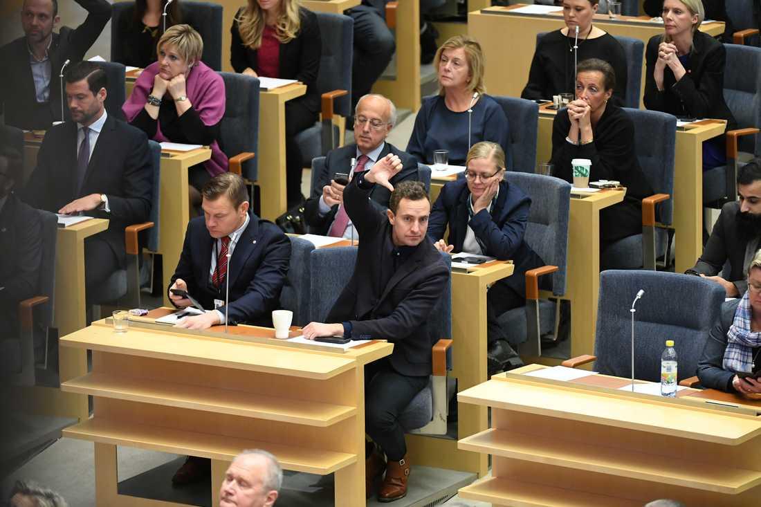 Tomas Tobe under statsministeromröstningen i Riksdagen.