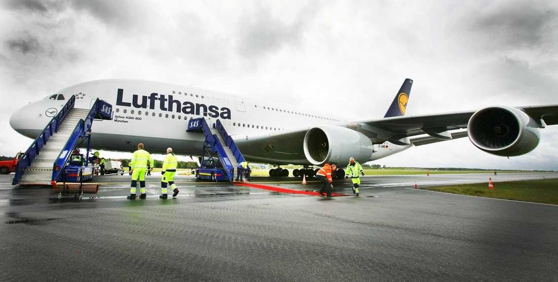 24 meter hög och närmare 80 meter mellan vingspetsarna –A380 är en bjässe som tvingat flygplatser runt om i världen att bygga om för att kunna ta emot den vid terminalerna.