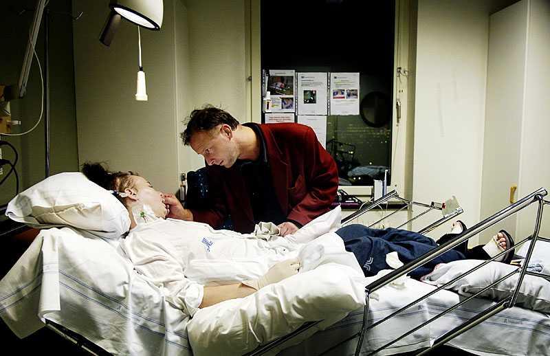 Dennis och Mimmi på Karolinska universitetssjukhuset i Solna.
