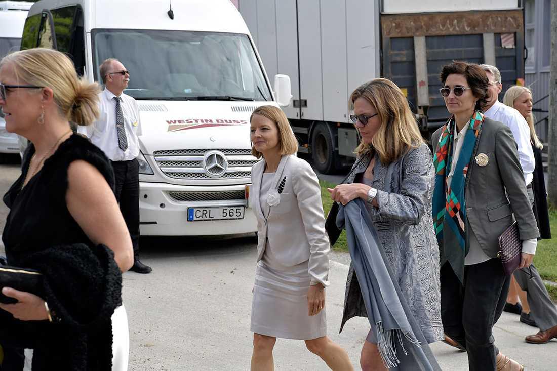 Jodie Foster anländer tillsammans med sin fru, skådespelerskan Alexandra Hedison.