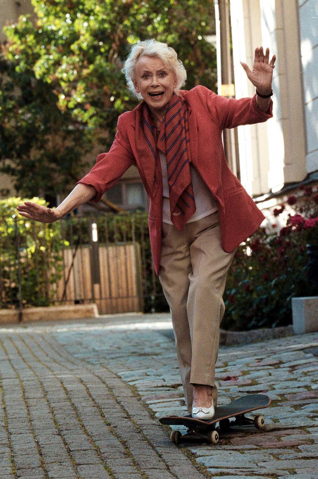 """SLOG INTE AV PÅ TAKTEN En 85-årig Annalisa Ericson prövar på en skateboard på Östermalm i Stockholm. Hon slog inte ner på tempot utan höll i gång så länge kroppen orkade. """"Jag har blivit lite av ett premiärlejon på gamla dar"""", sa hon till Aftonbladet i samband med 90-årsdagen."""