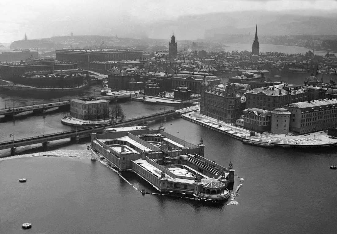 Det flytande kallbadhuset Strömbadet fotograferat från Stadshustornet i början på 1930-talet.