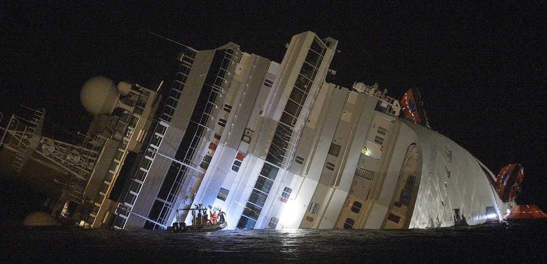 Fartyget Costa Condordia avvek från sin kurs och gick på grund natten till i går.