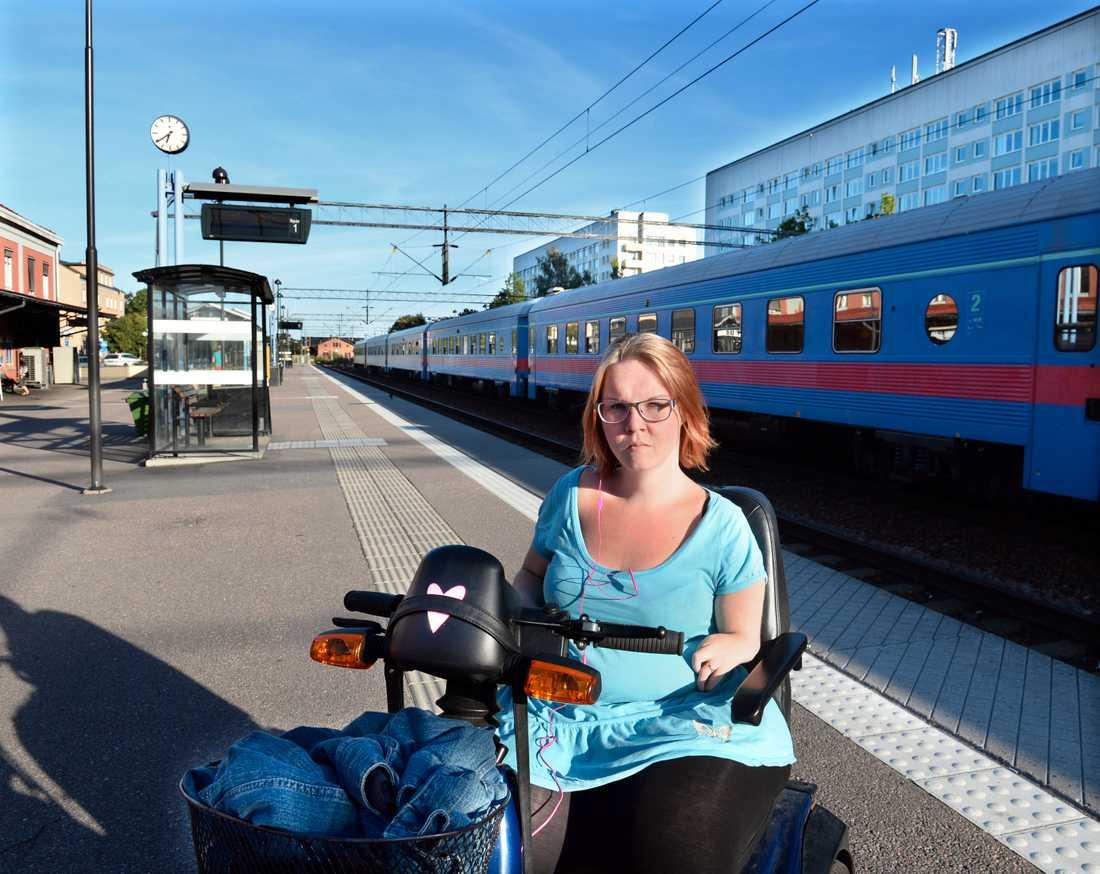 Trots att hon åkt tåg i tio år med sin elrullstol – nu nobbas Elin Nemis av SJ.