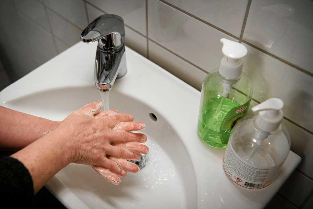 Uppmaningen att tvätta händerna fick stopp på flera smittor. Arkivbild.