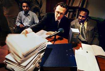 RÄTTSLÖSA Svenska medborgarna Yusuf Ahmed Ali (till vänster), Abdirisak Aden (till höger) och Abdulaziz Ali (saknas på bilden) är stämplade som terrorister - utan bevis. Advokat Thomas Olsson arbetar tillsammans med Leif Silbersky för deras upprättelse.