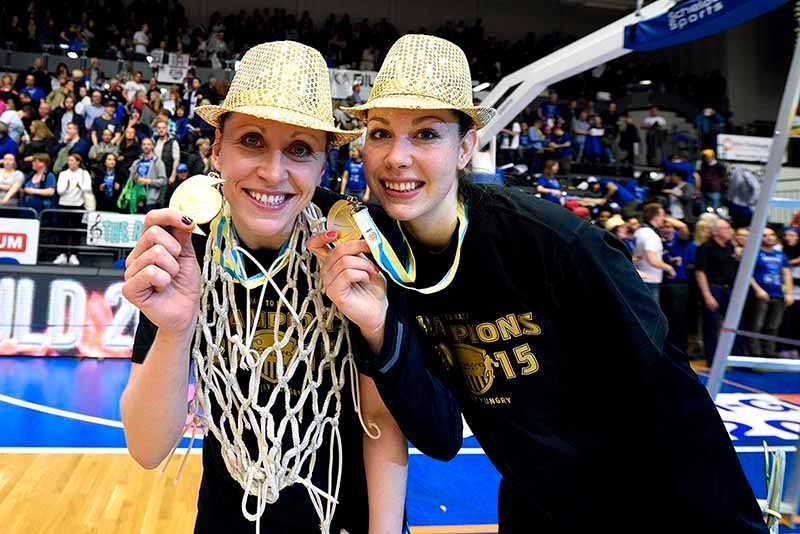 Anna Barthold och Tina Trebec med sina guldmedaljer.