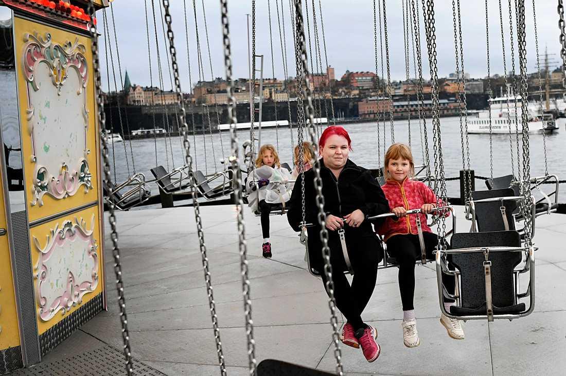"""Jeanette följde med Daca till Gröna Lund tillsammans med sina trillingdöttrar Nova, Lova och Tilde. """"Det är jätteroligt, det är första gången vi har varit här."""""""