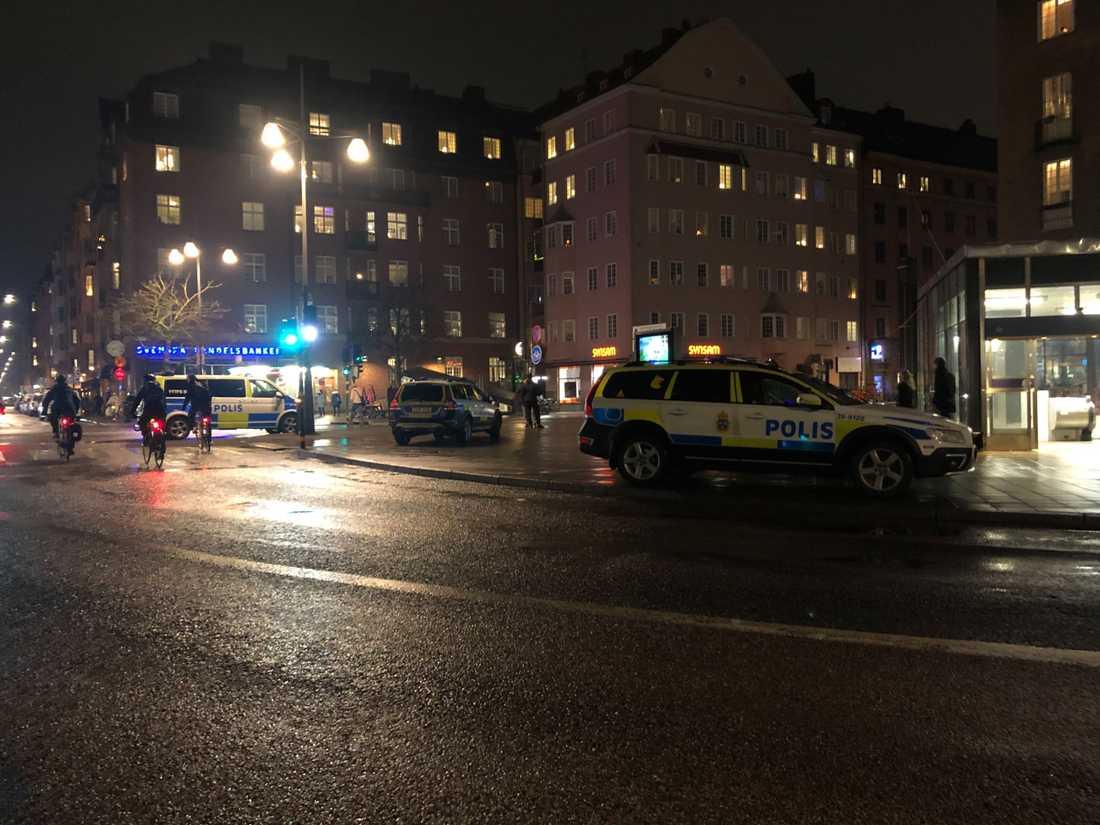 Gärningsmannajakten ledde till Sankt Eriksplans tunnelbana där flera män brottades ner.