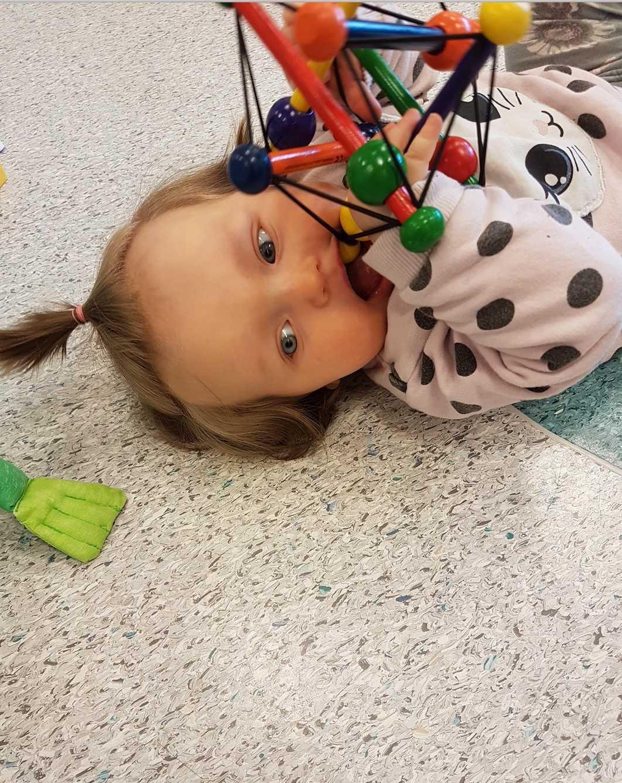 Linnea, 6 månader på bilden. I dag är hon tio månader. Även hennes storebror hade mycket hår som liten, enligt mamman Nadja Frisendahl i Strängnäs.