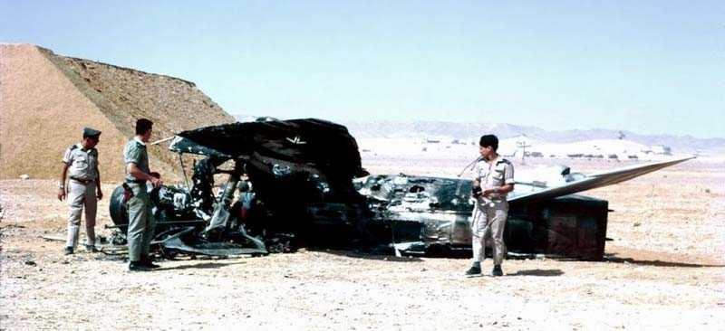 Israeliska soldater vid ett nedskjutet arabiskt stridsflygplan i juni 1967.