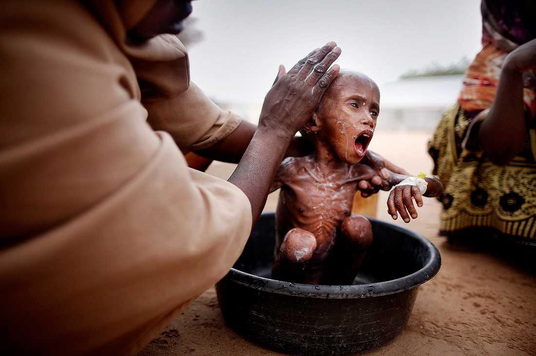 Flyktinglägret i Dadaab i nordöstra Kenya. Abdilfatah och hans mamma flydde från torkan och kriget i Somalia. Pojken svävar mellan liv och död eftersom hans kropp har glömt bort vad den ska göra med mat.