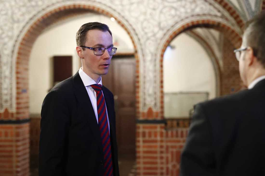 Åklagaren Mikael Bäckström anländer till Borås tingsrätt.
