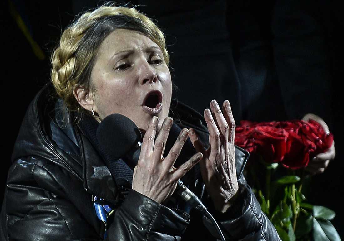 Tymosjenko talar från scenen på Självständighetstorget.
