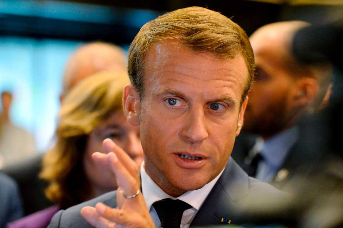 Frankrikes president Emmanuel Macron reagerar på att Jimmie Åkesson inte vill välja mellan honom eller Vladimir Putin. Bilden är tagen i torsdags vid Macrons besök i Finland.
