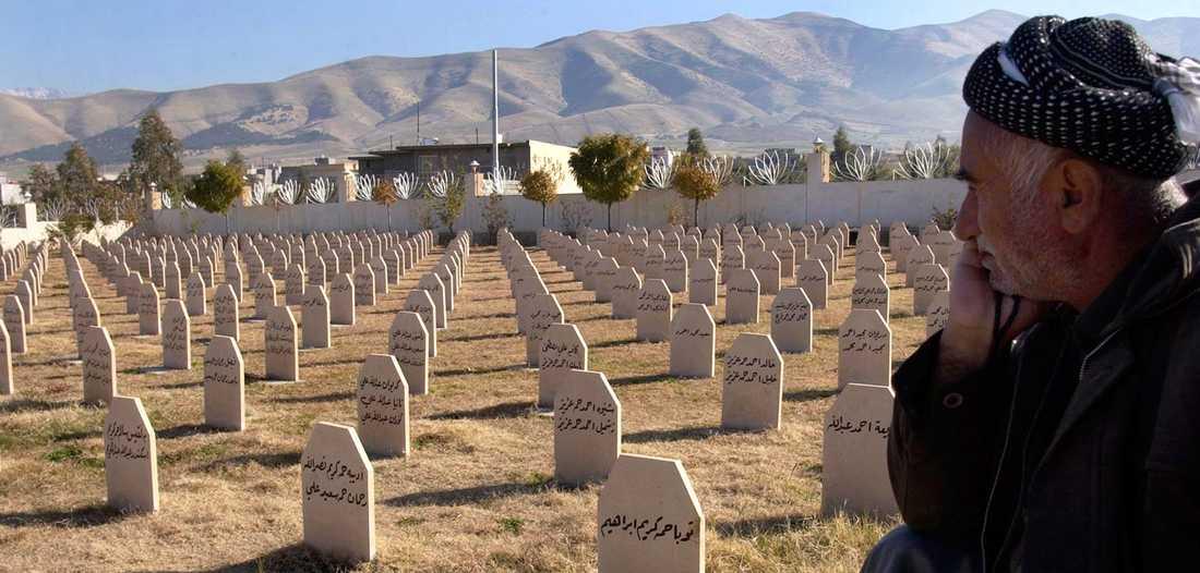 DÖDSGAS Bilden är från kyrkogården i Halabja i Irak, där Saddam Hussein satte in senapsgas mot den egna befolkningen.