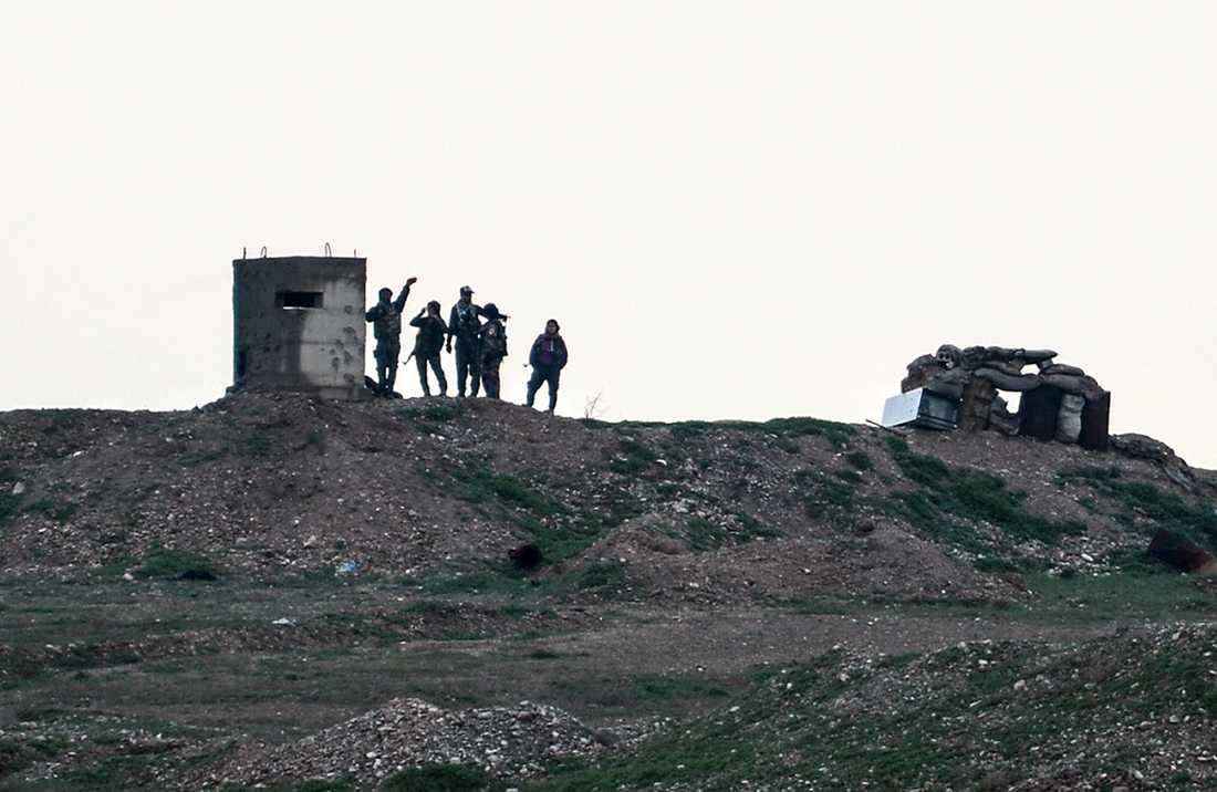 Soldater ur den kurdiska YPG-milisen vid en postering vid staden Kobane, nära gränsen mot Turkiet. Arkivbild.