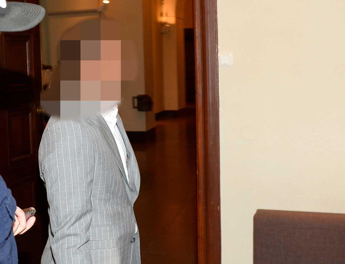 TV4-profilen anländer till Stockholms tingsrätt.
