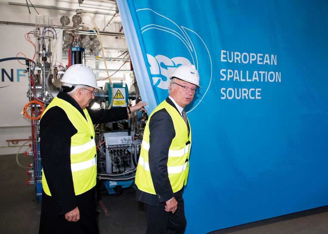Italiens president Sergio Mattarella och kung Carl Gustaf inviger officiellt den italienskbyggda jonkällan i acceleratortunneln på forskningsanläggningen European Spallation Source (ESS) i Lund.
