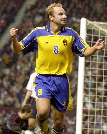 målskytt Håkan Mild frångick inte sin trevliga vana att göra mål på England.