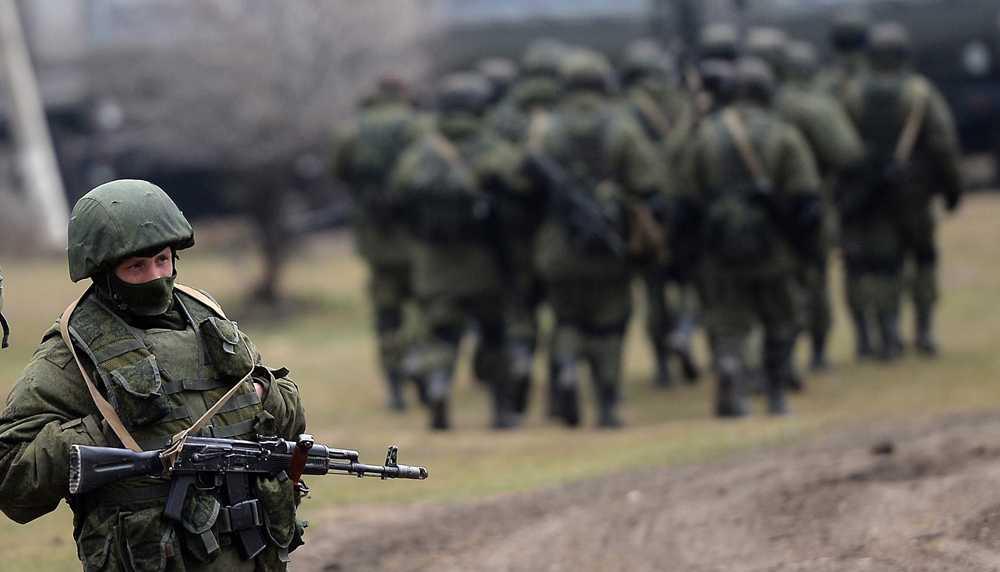 Ryska soldater patrullerar utanför en militärbas i Simferopol