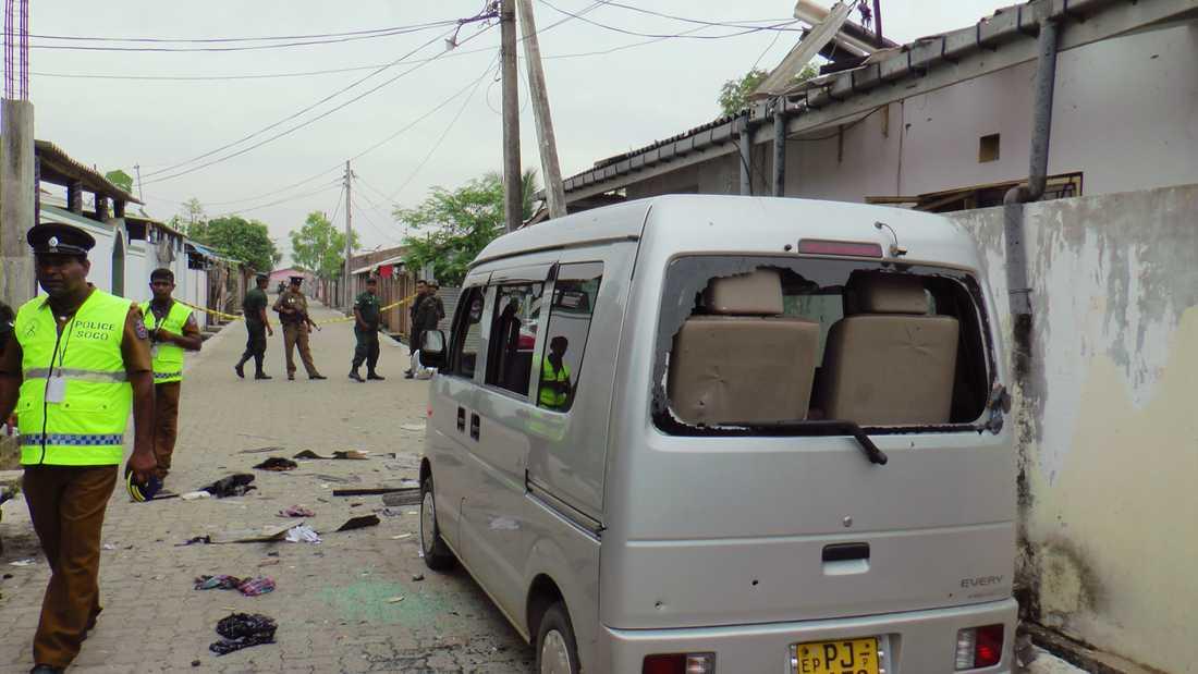 Polis och militär är på plats vid huset där tre män sprängde sig själva under lördagen. Minst 15 personer dödades.