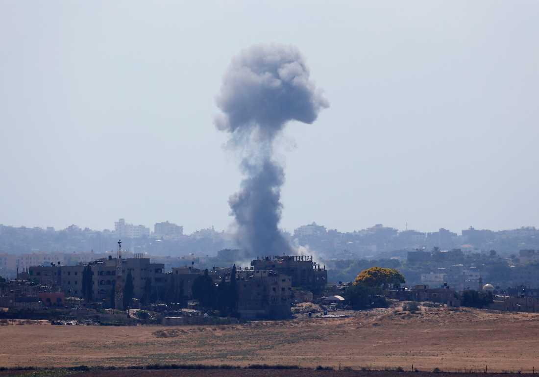 En rökpelare efter en explosion i den norra delen av Gazaremsan.
