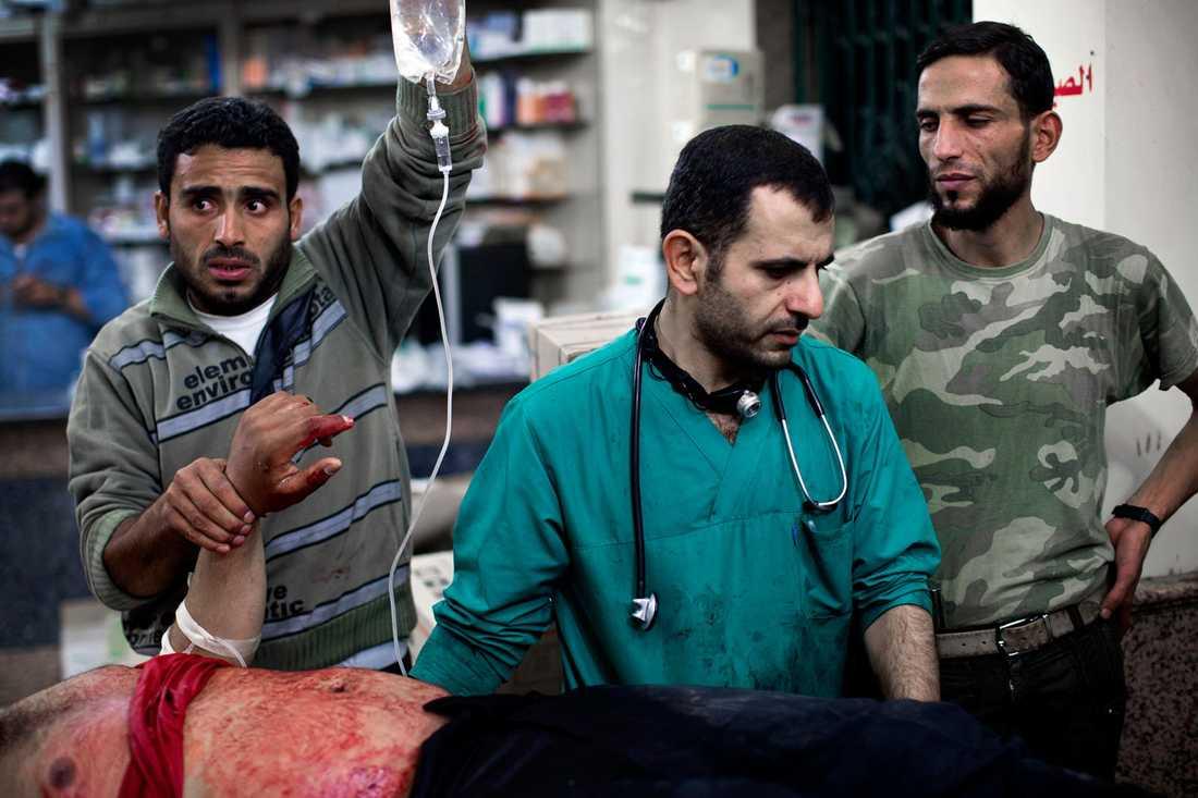 Överläkaren Osman al-Hag, 30, bor på sjukhuset med sin fru Fatima, 26, och deras barn Rashad, 2,5, och Omar, 5. Han har arbetat varje dag i tre månader.