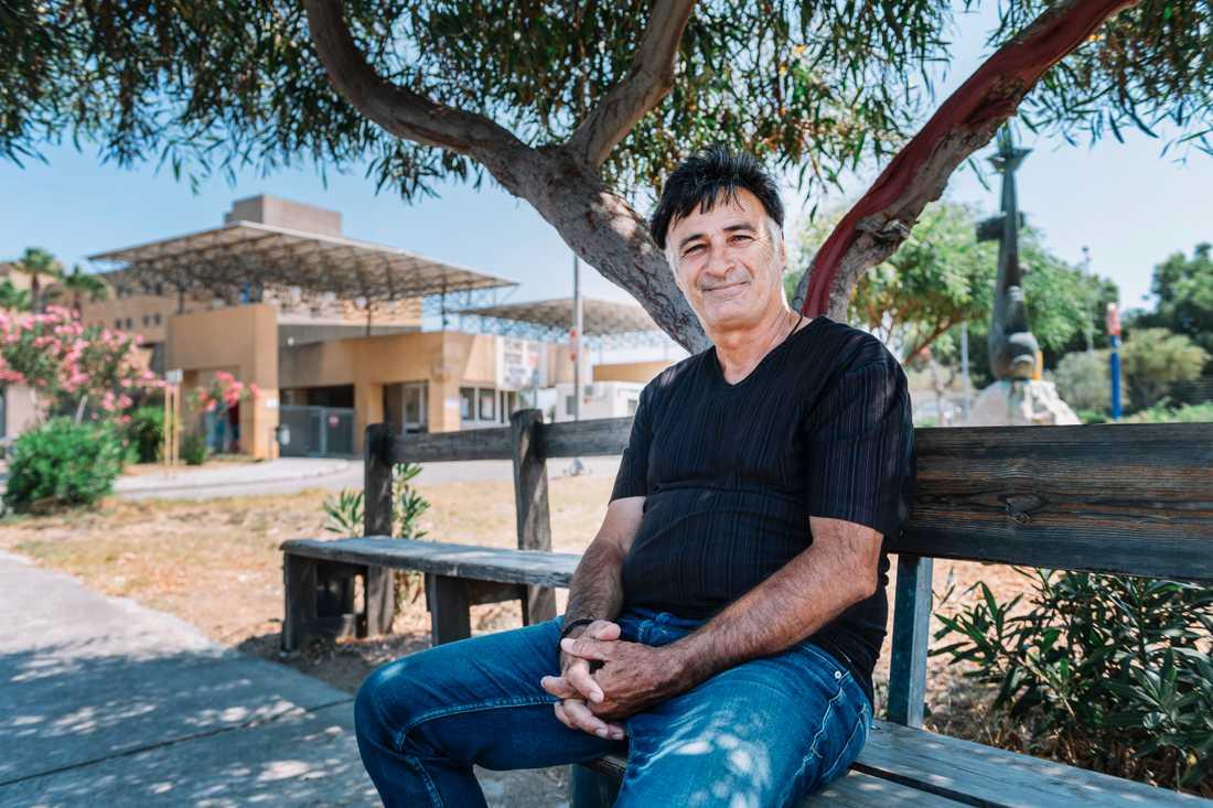 """Taxichauffören Michail Kouloumbris väntar på körningar utanför sjukhuset på Rhodos. """"Vi har haft en bra strategi mot corona här, vi har ju knappt haft några fall"""" säger han."""
