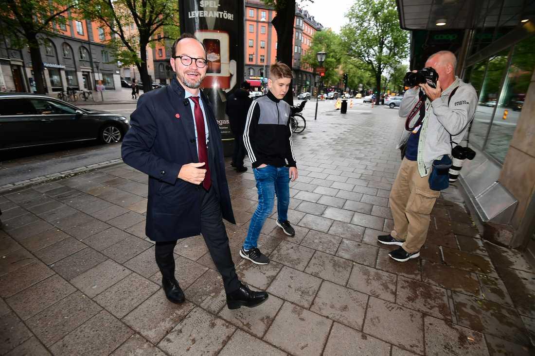 Infrastrukturminister Thomas Eneroth anländer till Socialdemokraternas valvaka.