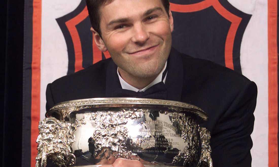 Jagr med Art Ross Trophy 2001 – priset till NHL:s bäste poänggörare. Jagr har vunnit priset fem gånger.