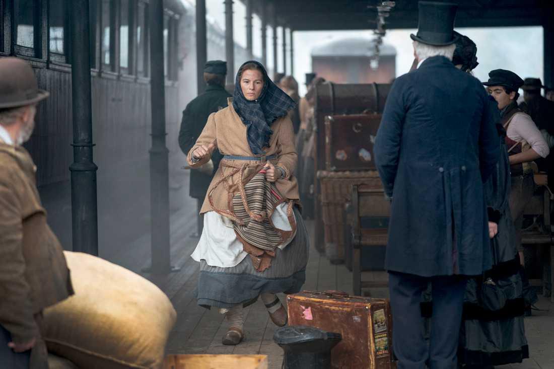 Kristina (Lisa Carlehed) rusar genom en järnvägsstation i New York för att hitta sin försvunna dotter. Scenen spelas in vid Anten-Gräfsnäs museijärnväg utanför Alingsås.