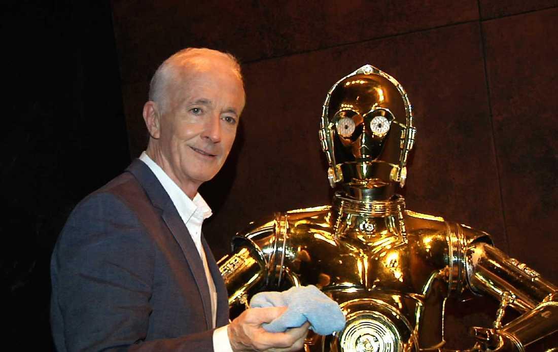 "Anthony Daniels med sin rollfigur i ""Star wars"", guldroboten C-3PO."