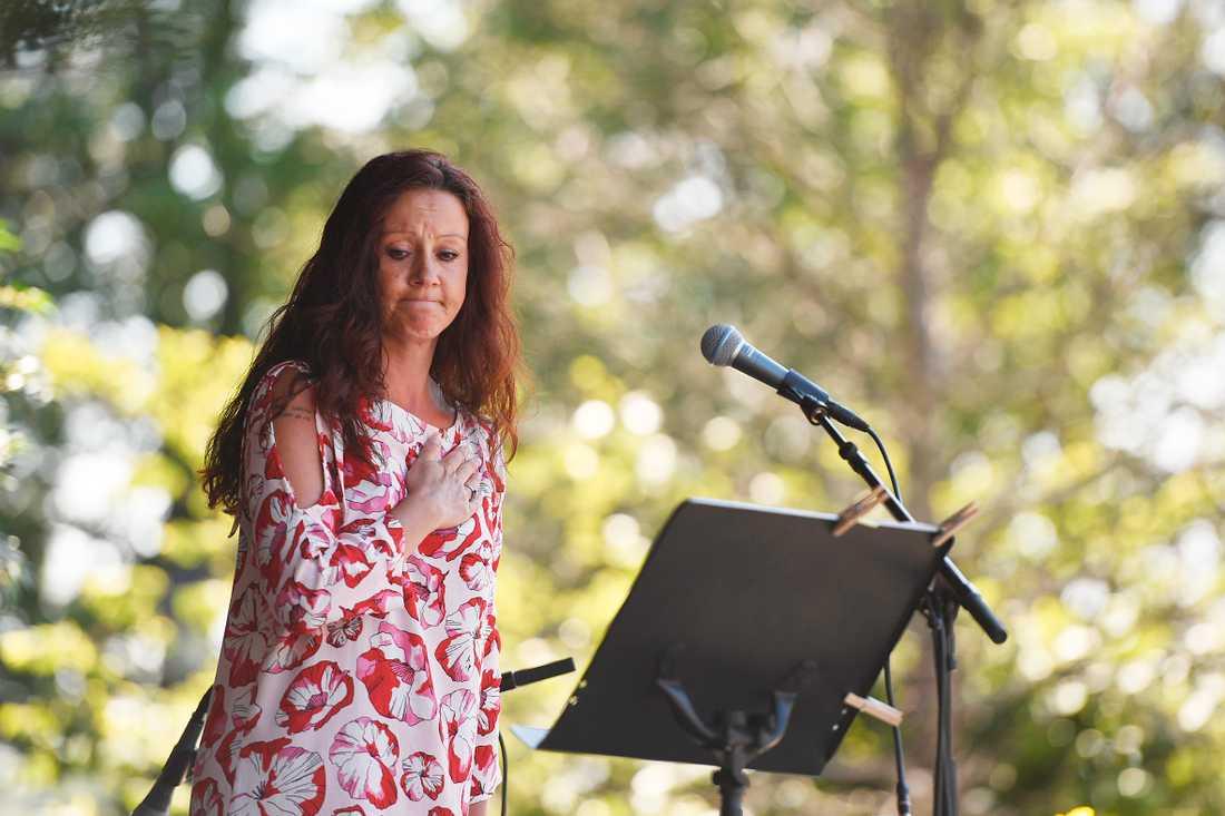 Initiativtagaren Jenny Eriksson talar under söndagens minnesceremoni för offren i flygkraschen.