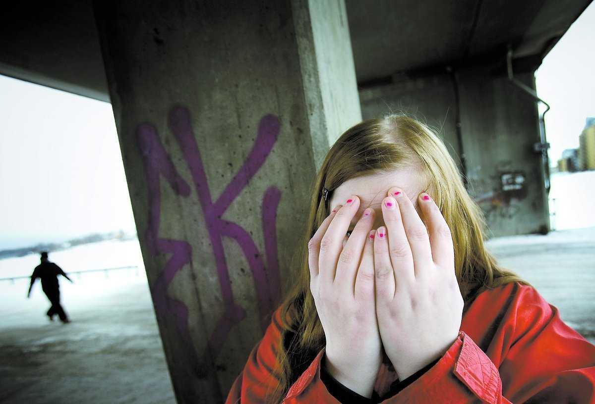 """MOBBAD I FÖRÄLDRAFORUM """"Vi pratar med barnen om att man inte får retas men sen sitter folk och trackar andra på nätet. Det är obegripligt"""", säger Sarah som bland annat fick höra att hon skulle """"hålla"""