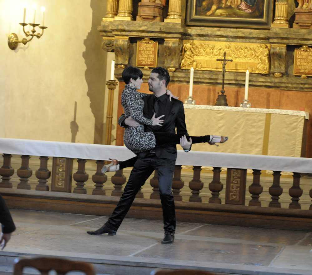 Daniel Da Silva tränar inför dansnumret i kyrkan.