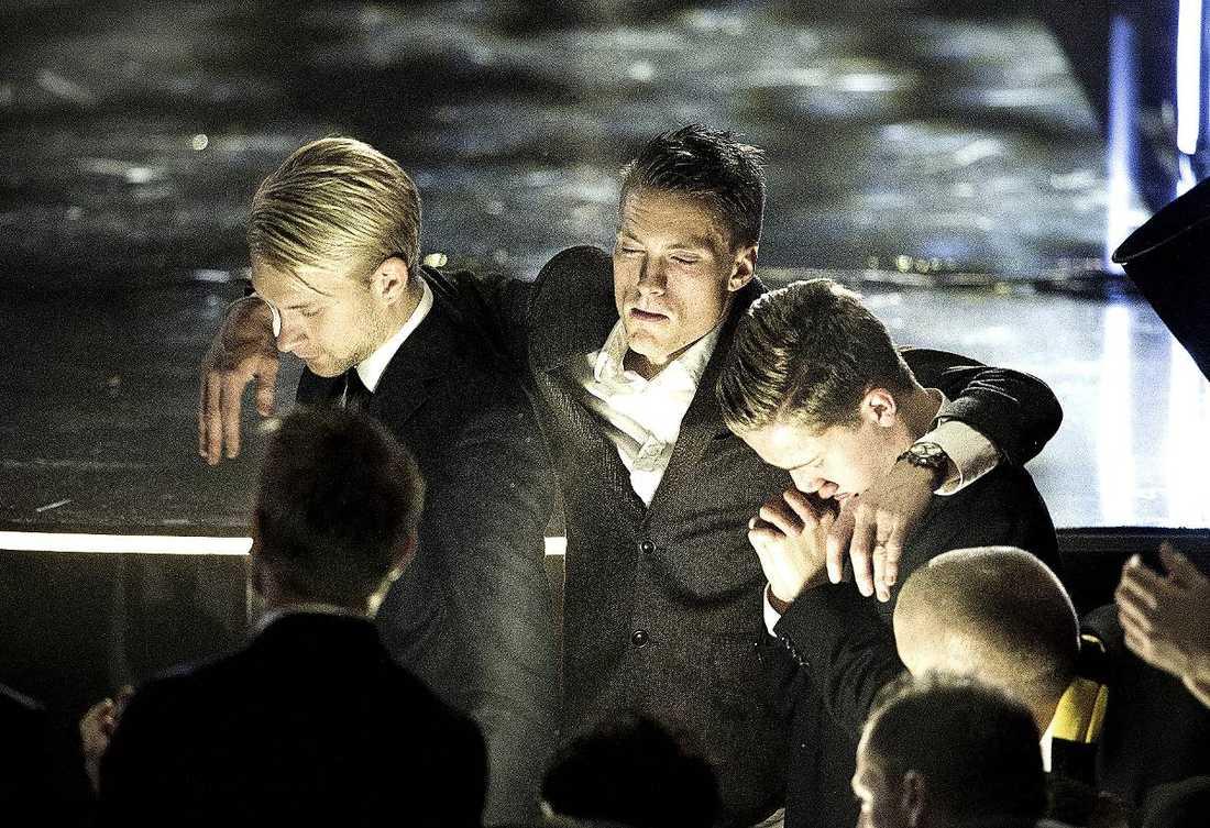 HEDRADE SIN TRÄNARE  Elfsborgs-trion Johan Larsson, Lasse NIlsson och Adam Lundqvist sörjer sin förre tränare Klas Ingesson. Hela Fotbollsgalan inleddes med att Ingesson och Pontus Segerström hedrades.