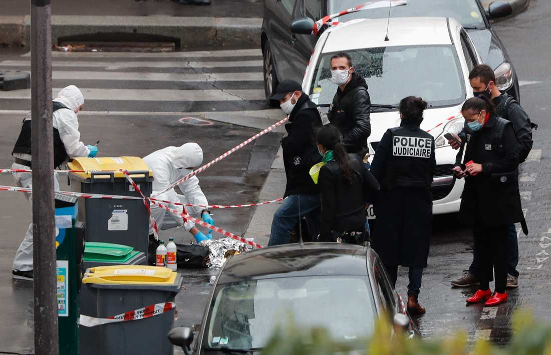 Polis vid brottsplatsen i Paris i fredags.