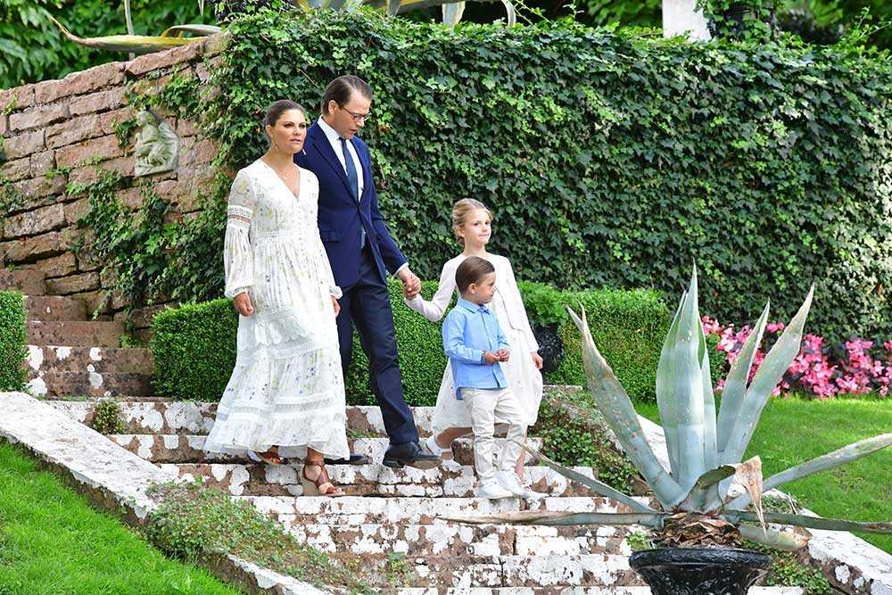 Kronprinsessparet, Estelle och Oscar på Solliden slott inför firandet av Victoriadagen i Borgholms slottsruin.