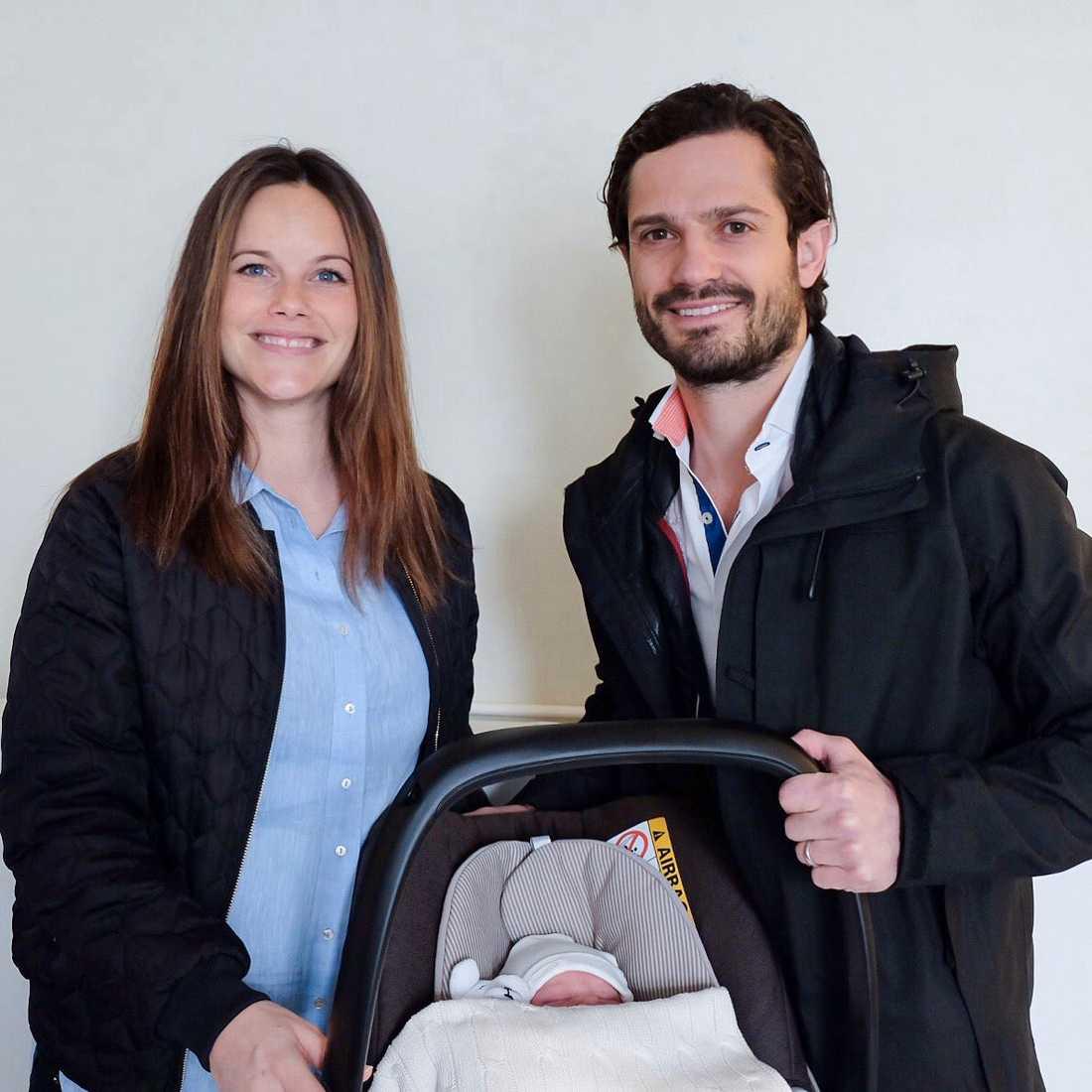 Prinsessan Sofia och prins Carl Philip lämnar Danderyds sjukhus med prins Alexander april 2016.