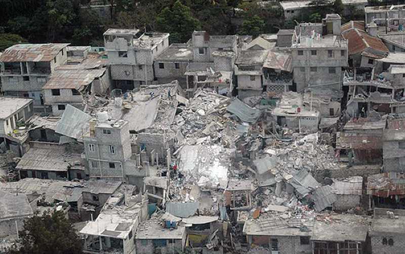 ENORM FÖRÖDELSE Flygbilder från Port-au-Prince vittnar om en död stad. Hundratusentals har förlorat sina hem och tvingats fly ut på gatorna.