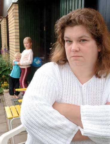 Arg Anita Källgren Johansson och hennes barn Hanna, 8, och Erik, 5, får inte sina semesterpengar förrän semestern är slut.