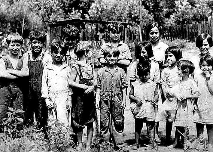 "Barn i ""Svenskhålan"" i St Paul, Minnesota."