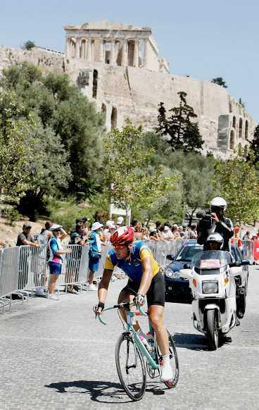 LEDAREN FILMAS HELA TIDEN Magnus Bäckstedt ledde loppet med nästan fyra minuter och följdes av kameramän på motorcykel. Men till slut tog ryggen slut och svensken bröt loppet.