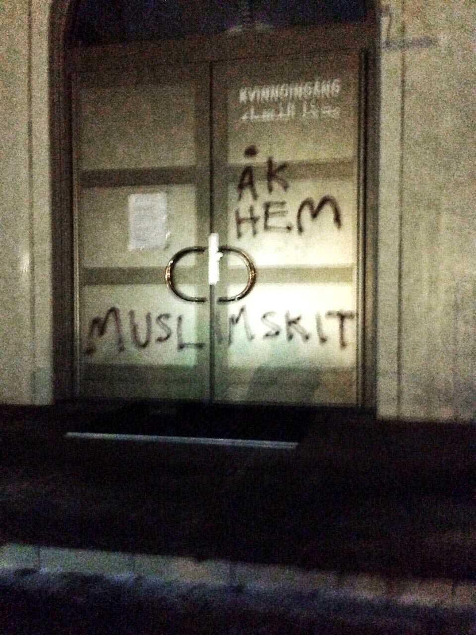 Klotter på moskén i Uppsala.
