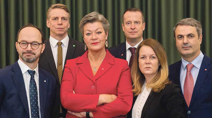 Ministrarna som nu gemensamt ska förhindra ytterligare dödsfall på arbetet är Tomas Eneroth, Per Bolund, Ylva Johansson, Anders Ygeman, Jennie Nilsson och Ibrahim Baylan.