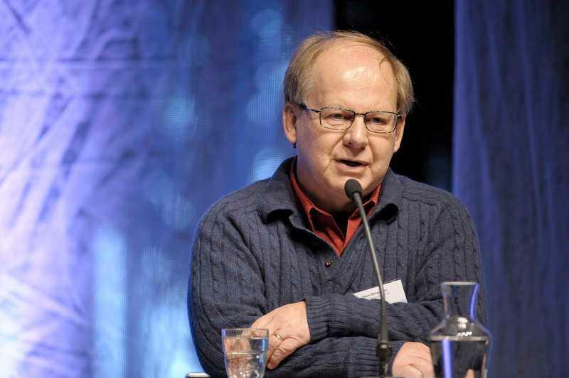 """""""två block bär inte"""" För Aftonbladet berättar Hans Bergström att hans uppmaning till SD grundade sig i ett missnöje mot regeringen Löfven och Allianspartierna. Målet var att få fram blocköverskridande samtal mellan S och M – för att de på sikt skulle bilda en bred regering."""
