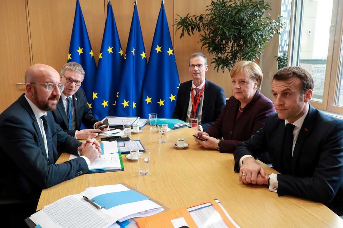 EU:s permanente rådsordförande Charles Michel i samtal med Tysklands förbundskansler Angela Merkel och Frankrikes president Emmanuel Macron inför EU:s budgettoppmöte i Bryssel.